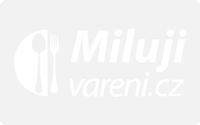 Gratinované vepřové kotlety s hráškem a šunkovým salámem