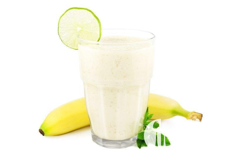 Horký nápoj z mléka a banánů