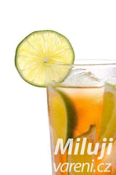 Nápoj z čaje a limetky