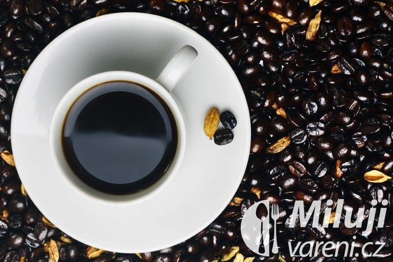 Černá káva s kardamomem