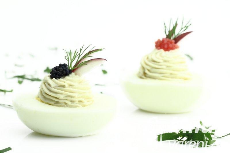 Vejce se sýrovým krémem a kaviárem