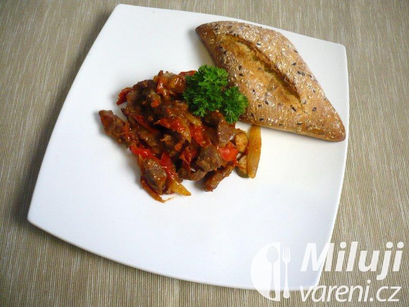 Hovězí nudličky se zeleninou a kapary