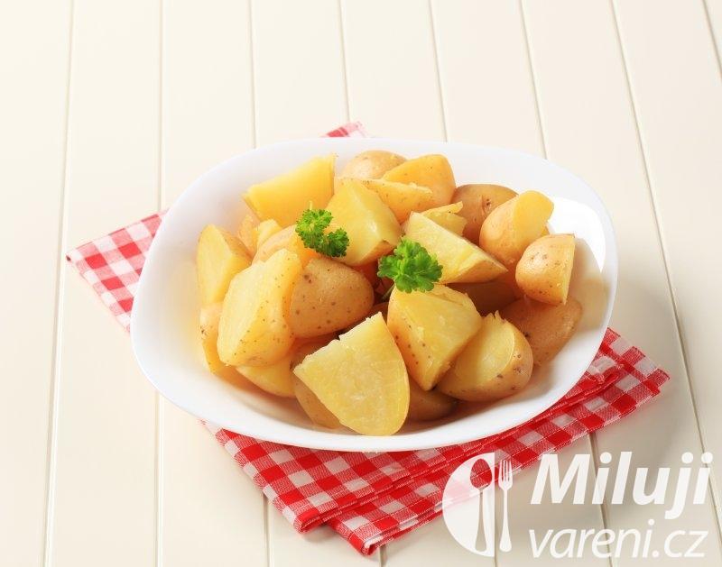 Vařené brambory s bazalkou