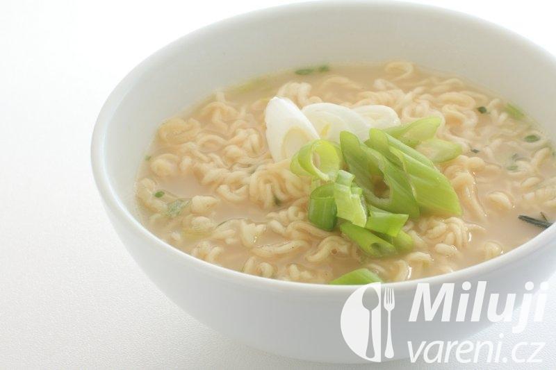 Kořeněná slepičí polévka s nudličkami