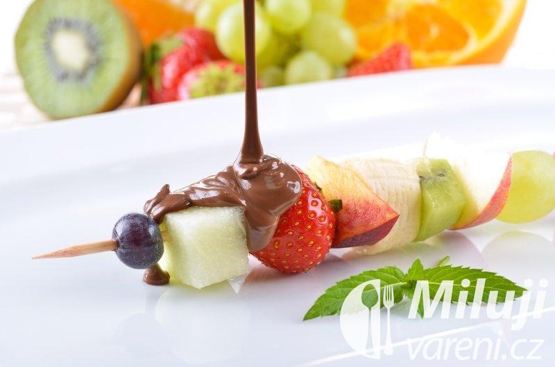 Ovocný špíz s čokoládovou zmrzlinou