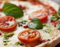 Pizza s rajčaty a mozzarellou