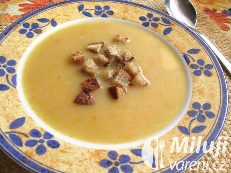 Bílá bramborová polévka
