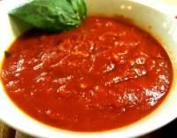 Rajčatová omáčka s česnekem a bazalkou