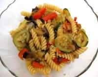 Těstovinový salát s rajčaty a cuketou