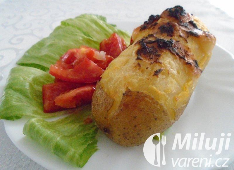 Pečené brambory plněné směsí sýrů