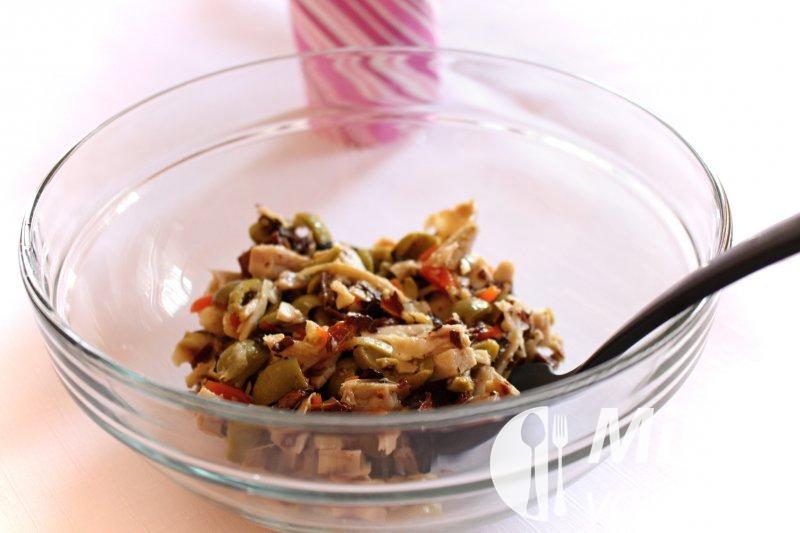 Salát z grilovaného kuřete s nakládanými houbami