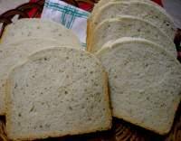 Středně velký bílý chléb z domácí pekárny