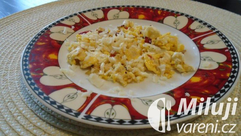Míchaná vejce s paprikami a sýrem