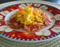 Míchaná vejce obložená šunkou