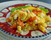 Míchaná vejce se zeleninou a sýrem