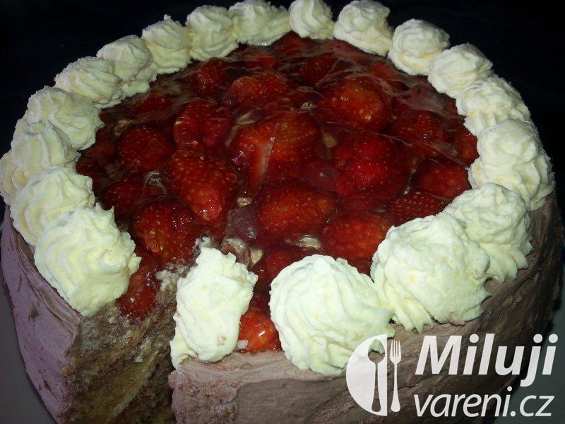Smetanový dort s čerstvými jahodami