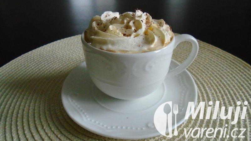 Káva se zmrzlinou a čokoládou