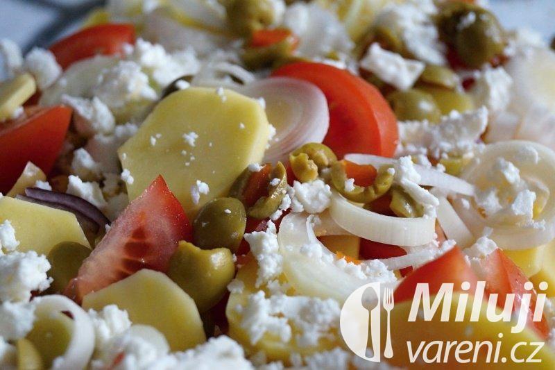 Zapečené brambory s rajčaty a balkánským sýrem