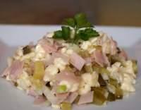 Hermelínový salát se šunkou a okurkami