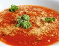 Rajčatová polévka s parmezánem