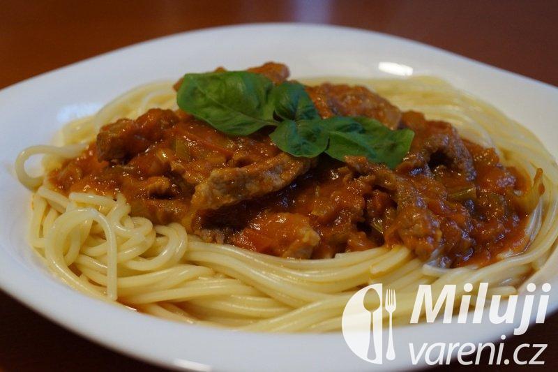 Špagety s pikantním vepřovým masem a zeleninou