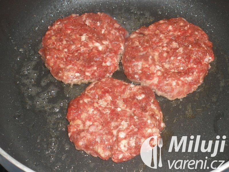 Hovězí burger s pažitkovým dipem