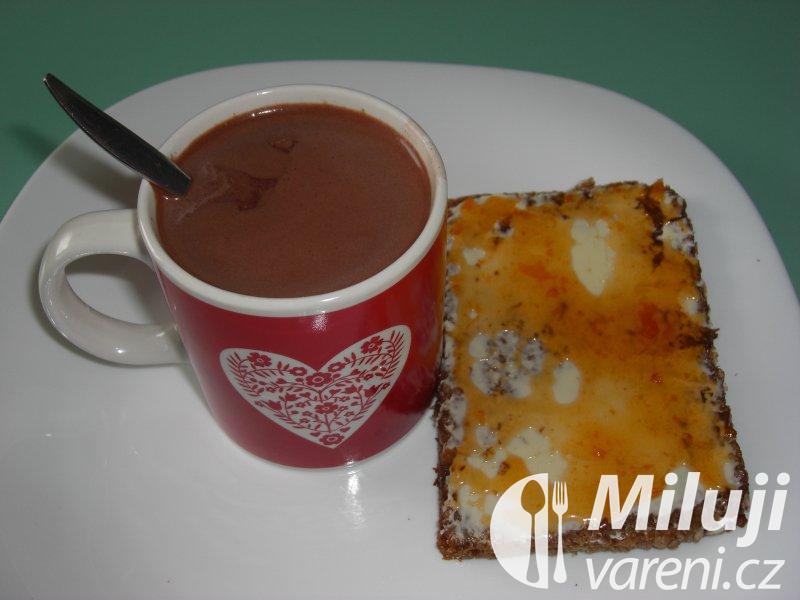 Kakao, chléb s džemem