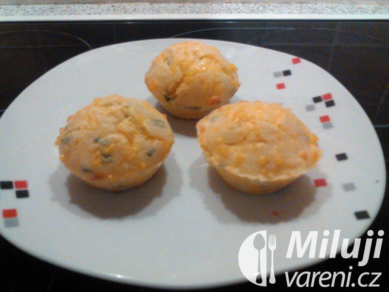 Muffiny s čedarem a bazalkou