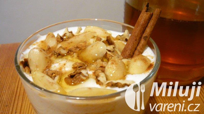 Bílý jogurt s medem, mandlemi a skořicí