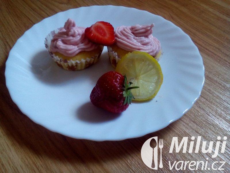 Malé letní dortíky s jahodovou omáčkou