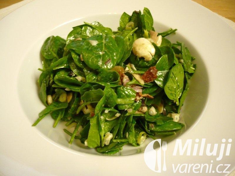 Špenátový salát se slaninou a sýrovou zálivkou