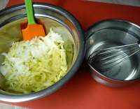 Okurkový salát s cibulí