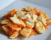 Salát z jablek, banánů a mrkve