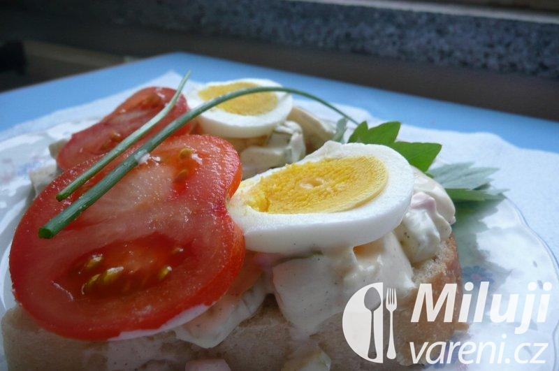Obložené chlebíčky s vlašským salátem