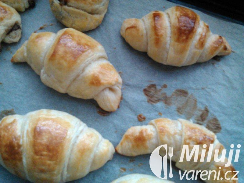 Máslový croissant z francouzské kuchyně