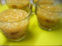 Jablečný pohár s perníkem a šlehačkou