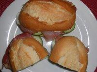 Sendvič s prosciuttem, krémovým sýrem a okurkou