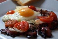 Opečená rajčata s vejci a slaninou