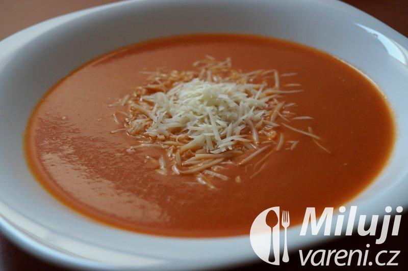 Rajčatová polévka se sýrem