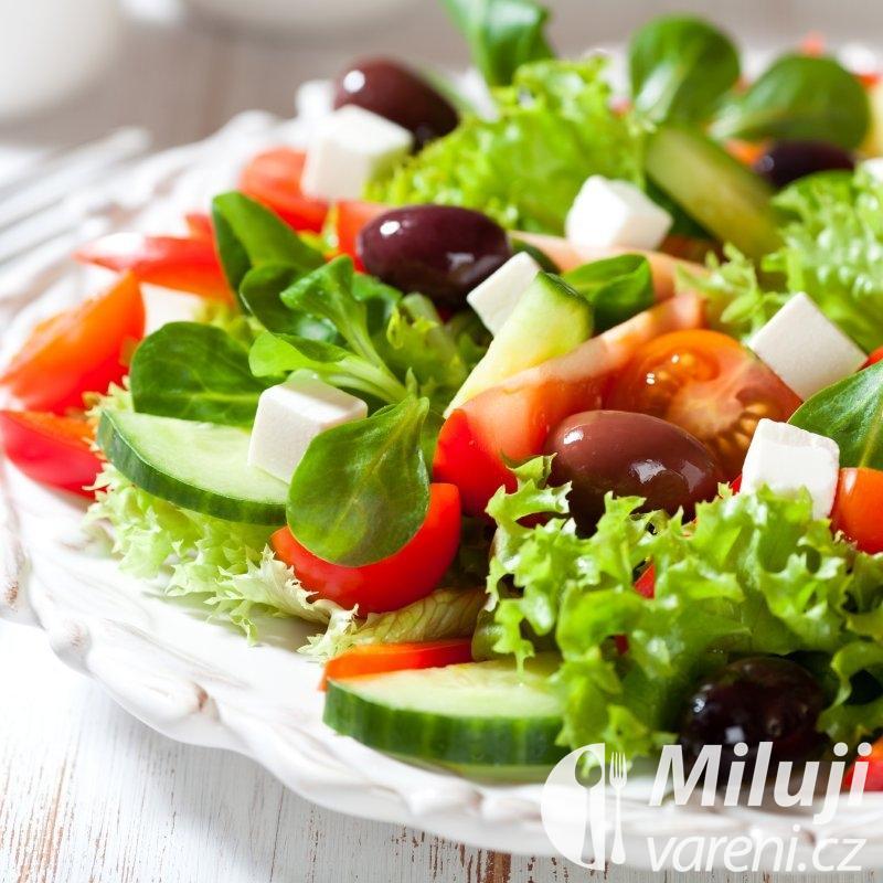 Řecký salát s dresinkem z citronu a máty