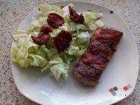 Vepřová panenka ve slanině se salátem