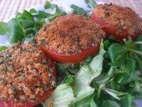 Směs salátů s rajčaty zapečenými se strouhankou