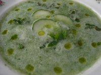 Studená okurková polévka s bazalkou