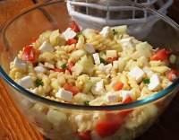 Pikantní salát se sýrem a těstovinami Fusilli