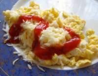 Míchaná vejce s kečupem a sýrem
