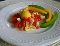 Vařená vejce na rajčatech