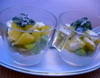 Tvarohový pohár s ovocem a ořechy