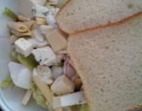 Těstovinový salát s nivou, hermelínem a eidamem