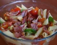 Těstovinový salát s rajčaty a bazalkou