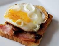 Volské oko na topince se slaninou
